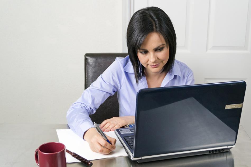 mujer profesional en la oficina escribiendo
