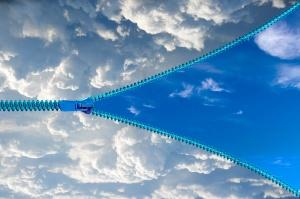 Ouverture d'un zip sur un ciel bleu